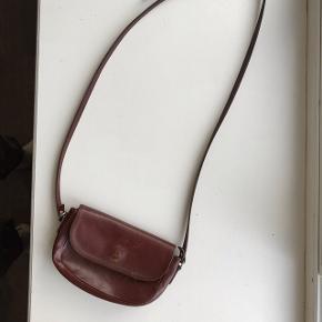 rigtig fin lille taske i brunt læder (ved ikke om det er ægte), der er plads til pung, telefon og nøgler :))