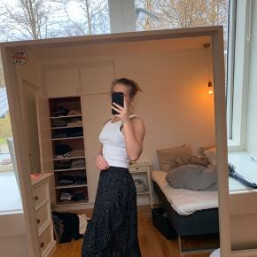 Fineste prikkede nederdel fra Neo Noir  Str 34, men passes også op til 38 da der er elastik i.  Brugt 1 gang. Byd :)  Zara, Ganni, H&M, Nike, & otherstories, Zadig og Voltaire, Balenciaga, Mango, Neo Noir