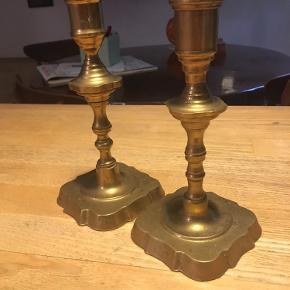 To lysestager, messingstager højde 17 og 18 cm. Trænger til at blive pudset men ellers i fin stand. Sælges samlet for 75kr Kan hentes kbh v eller sendes for 40kr dao