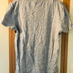 Varetype: T-shirt Farve: Grå Oprindelig købspris: 349 kr. Kvittering haves.  Behagelig T-shirt fra Superdry sælges da den aldrig er kommet i brug efter den blev købt. T-shirtsen er fremstillet i kraftigt og blødt stof med kraftigt print hend over brystet.  Fejler intet som huller, pletter el anden form for slitage.  Giv et fair bud