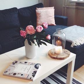 To hvide sofaborde fra IKEA gives væk. Det ene bord har et hak på siden, men hvis bordene står sammen som på billederne, kan det ikke ses.