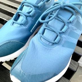 Adidas sneaks, str. 39 1/3  Flot blå farve, og super blødt materiale, der får skoen til at sidde tæt foden. Den er lidt lille i str..   Brugt 1-2 gange - fremstår som ny! 😊  Pris 300 kr. (kan ikke huske nypris men et sted mellem 700-800 kr)