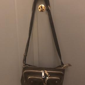Rigtig fin Nunoo Stine taske i grå ruskind. Den er nogle år gammel, men næsten ikke brugt det sidste års tid, og er derfor i god og hel stand med perfekte lynlåse og uden slid. Nypris er ca.900kr.
