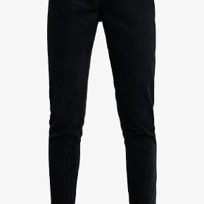 Dr. Denim Nora bukser i sort velour i str. 26/32. Super flotte til vinter. Desværre lidt for små til mig.