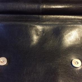 Fantastisk flot Adax taske både til at holde i hånden og over skulderen . Tasken er som ny, kun brugt en gang , dustbag medfølger  ca mål : bredde 36 cm højde 27 cm