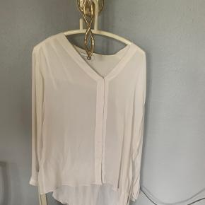 100% silke. Jeg har brugt skjorten en håndfuld gange, men den er meget sart.