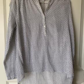 Smart hvid skjorte med blåt mønster og sølvtråd.... 100% bomuld Bytter ikke, mindstepris 125 kr