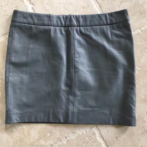 Lækker grå læder nederdel fra Ganni med lynlås bagtil - fin stand, kom gerne med realistisk bud 👖