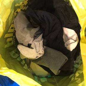 Blindbox -Pose med cirka 10 stykker tøj i alt fra str xs- m  Både bukser, t-shirts, langærmet og toppe