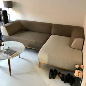 Fin og velholdt højrevendt sofa fra IdeMøbler med chaiselong sælges. Tofarvet sofa som kan deles på midten (derfor også nem at flytte med) i skønne neutrale farver. Omkring 3 år gammel. Nypris ca. 10.000, kvittering haves ikke, men lignende sofa sælges fortsat på hjemmesiden. Eneste mén er, at armlænet i venstre side kan rykkes med en smule. Det er dog slet ikke noget man lægger mærke til, medmindre man tager fat i den. I skal være velkomne til at komme forbi og kigge og selv vurdere.  Se billede for alle dimensioner. Sender også gerne flere billeder.  Sofa skal afhentes, kan hjælpe med at bære ned. Vi bor på 1. sal.