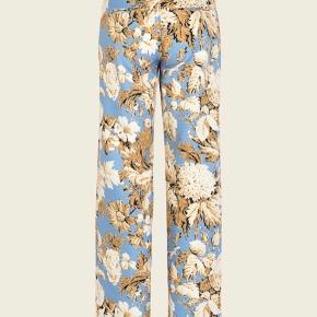 De fineste bukser fra Stine Goya. Er brugt en enkelt aften til et bryllup. Er derfor fuldstændig som nye. Jeg sælger også blazeren i samme print. Nypris 2000 kr.