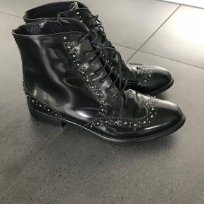 Super flotte Billi Bi støvler med nitter Kun brugt 1 gang så fremstår fuldstændig som nye Nypris 1500,-