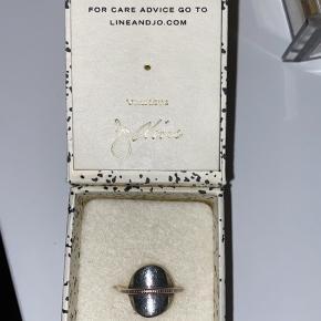 Ring fra Line & Jo, brugt med god, dette afspejler sig også i prisen. Str. 51  Nypris: 1050