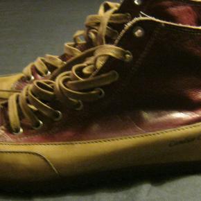 Et par Bordeaux skindstøvler med beige kanter og snørebånd fra Candice Cooper - ikke meget brugte. Str.: 42 Pris: 300 kr. PP