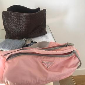 Jeg overvejer at sælge min lyserøde Prada Crossbody / bælte taske. Den er købt sidste år på vestaire collective, og har kun få brugsspor - lidt beskidt nogle steder, men de kan måske komme væk i vask. Derudover er den lidt misfarvet ude i kanterne af tasken, da det er en lys farve.   Sælges kun hvis rette bud opnås :)