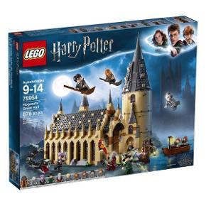 """LEGO Harry Potter - Hogwarts Great Hall 75954. Du finder ikke dette sæt billigere på i nogen webbutikker!  Sælger dette flotte sæt """"Hogwarts Storsal"""" uåbnet og kassen i flot stand.  Originalpris 899 kr.  Kan afhentes i Esbjerg V.  Kan sendes med GLS, men så kommer 49 kr oveni (med tracking)."""