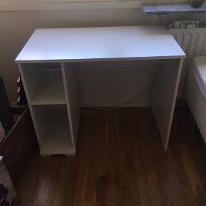 Super fint skrivebord i hvidt træ - lidt blyantsstreg og tus på bordet, men er sikker på det kan fjernes med noget sprit.  Ellers ingen skrammer, virker som nyt.  Søges pga. flytning 😊