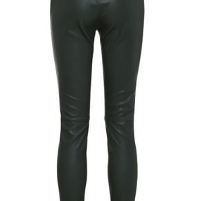 Skindbukser / læderbukser Mørkegrønne / flaskegrønne Str. 38 / M Elastiktalje og lynlåslommer i siden. Bukserne har lynlås bagi, der sikrer, at de sidder perfekt.  100% lammelæder.  Nypris 3.500,- Brugt et par gange - helt som ny.