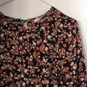 Blomstret kjole med peplum 🌺 str. s/m (jeg er str. 38 og kan passe den) Helt ny og aldrig brugt ✨ Afhentes i Aalborg eller sendes med DAO.