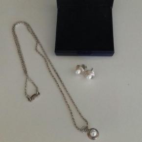 Flot sølv sæt med øreringe og kæde. Kunne måske trænge til at blive pudset lidt ellers fint. Sælges samlet for 49 kr plus evt porto.