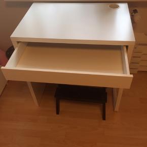 Skrivebord. 73x50 og 75 cm højt