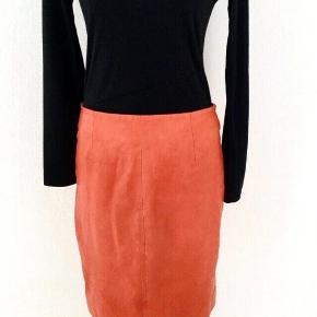 Nypris 2500 kr.   Flot nederdel fra Gestuz, i pre-washed leather, så den har det federe look og flotte udtryk,  Str. 38, god kvalitet, nederdelen har lynlås hele vejen bagpå og knappe til at lukke med på indersiden.  Nederdelen måler 51 cm i længde og 80 cm i livvidde. Farve mat-rød.