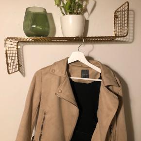 Ruskindslignende jakke, fra Primark, købt sidste år i Hamburg. Brugt 3-4 gange cirka. Så den er som ny. Sælges da jeg ikke får den brugt.  OPS kan godt se på billederne, at det ligner pletter der er på, det er bare nullermænd og pletter på spejlet, som jeg selvfølglig lige fjerner inden salg, hahaha.