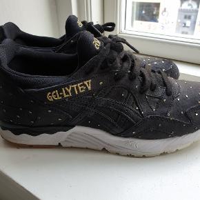 Sneakers i skind med guld prikker. De har kun været på 2 gange. Indvendigt måler sålen 25 cm. De har kostet 1100,-