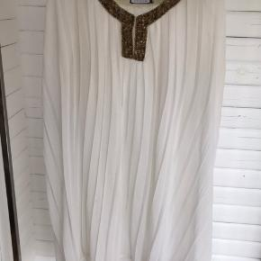Super fin skjorte-kjole, med få tegn på slid, som kan ses på billedet. Dog er det ikke noget man ligger mærke til, når man har den på. Meget din detalje ved udskæringen