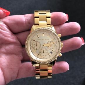 Sælger mit guld ur fra Michael kors. Får det desværre ikke brugt.   Ny pris 2095.  Har både ur kassen og bon.   Sælger kun hvis jeg får et bud så tæt på købsprisen så muligt, da det aldrig er brugt.   Byd.   PS sender ikke.
