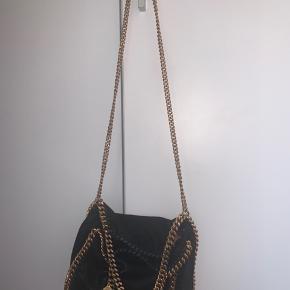 Den super fine falabella taske, i nummeret mindre end den klassiske store taske , næsten ikke brugt og har kun få brugstegn😊  Skriv gerne for flere billeder!!