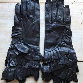 Engelske designer Sara Berman skindhandsker, helt nye, lidt krøllede fordi de har ligget i en kuffert. Size 8. Lammeskind.