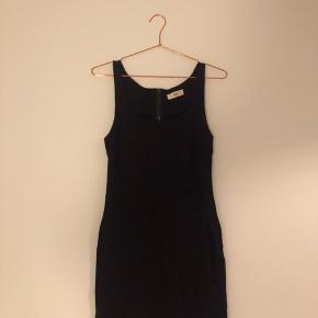 Sort tætsiddende kjole fra Envii. Pris 75kr - bud modtages gerne