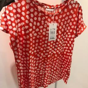 T-shirt fra fransa i lækkert stof, stadig med prismærke.