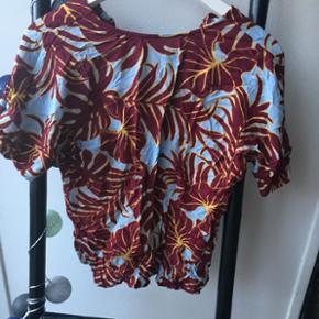 - Smuk bluse fra H&M i str 34. - Aldrig brugt, blot prøvet på.  - Kan hentes i Brønshøj eller sendes med Dao for 33 kr.