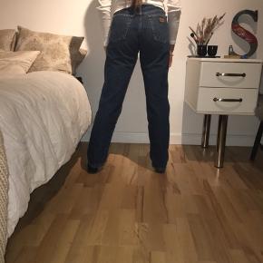 Vintage mørkeblå wrangler jeans. Jeg er s, men tænker også at de passer en m
