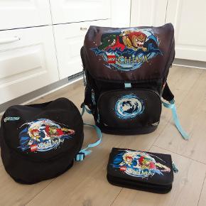 Skoletaske, Lego Chima  Brugt letvægts skoletaske inkl. gymnastik taske og penalhus som desværre er misfarvet fra blyanter  Gymnastik taske som lige er til at kappe på skoletasken  Skoletasken har termoisoleret frontlomme til madpakke  Tasken har en frontlomme til penalhus, to mesh sidelommer til vandflaske og små ejendele, En indvendig stroppe til at fastsætte nøgler eller lign.  Har ergonomiske air flow bagpanel  Justerbare skulderstropper og brystrem som giver høj bærekomfort.  Produceret i smuds- og vandafvisende materiale.  Skoletasken måler 38 h x20 d x 28 b  Materiale / Polyester  Sender gerne hvis køber betaler fragt 45 kr sendt med GLS og med forsikret forsendelse  Kan betales med mobilepay eller bankoverførsel