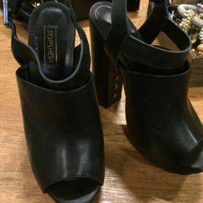 Sælger mine hæle fra TOPSHOP i str. 38 - Hælhøjde er 13 cm  Kun brugt 1 gang og fremstår som nye   Original æske medfølger