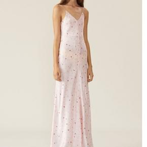 Silke kjole fra GANNI, i butikkerne nu til 3000kr. Sælges ny med prismærke - passer en 36/38, men er en str 38🤗 Alle mål kan findes på nettet - handler kun over TS - bytter ikke 🧡🌼