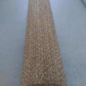 Kæmpe stort Sisal tæppe til det rå look. Måler 304*206 cm Der er en løber i siden af tæppet, sikkert noget der kan ordnes ellers fejler det intet. Købt i sinnerup, ca 1 1/2 år Mp 400