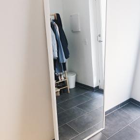 Figurspejl, b: 65 h: 150  IKEA spejl m hvid ramme. Få ridser i selve spejlpladen, som ikke bemærkes ved brug.   Nypris: 380 kr.