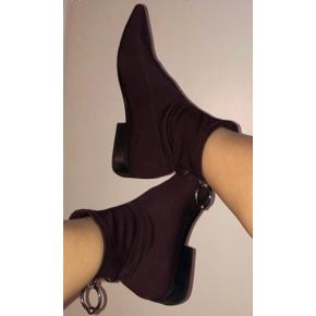 Seje spidse støvler i elastisk tekstil i en aubergine lilla farve. Støvlerne har en lille blokhæl samt lynlås bagpå i sølv med cool ring. De er rigtig bløde og behagelige sådan lidt en sokke sko, bare virkelig elegante.