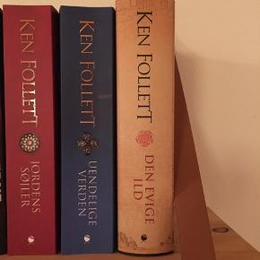 Ken Folletts bogserie Jordens Søjler Uendelige Verden Den Evige Ild De to første har stadig prismærke på, ingen af dem er nogensinde blevet læst. 50kr stykket