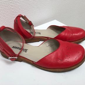 Fine tullesko med ankelrem i fin coral farve. De har et par streger som kan anes på billedet. Napper du flere sko fra min profil betaler jeg Porto.