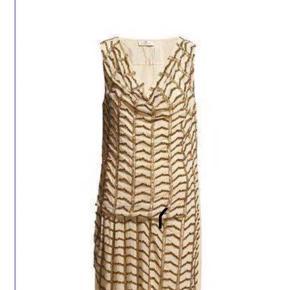 Denne enestående fest  kjole fra Day Athene, . Style nr. 2132130448. Str. 34, men passer også str. 36. Colour: 6100 Seed Pearl Forsiden af kjolen er broderet med perler Der medfølger en pose med flere perler.  Fået den i gave, men aldrig brugt. Stadig med prisskilt  Day siger at deres ?Athena? kjole er inspireret af den græske gudinde Athene. Kjolens snit gør den dog perfekt, hvis man vil opnå sommerens chikke Charleston-look. 3.000 kr. i str. 34-40   Nypris 3000 kr. Sælges 650 kr  Kjolen er i Esbjerg