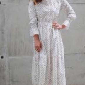 Så fin kjole i bomuld - str. hedder 40 men passer også fint str. 38. Jeg har taget elastikker ud da jeg synes den sidder pænere uden alt det elastikværk