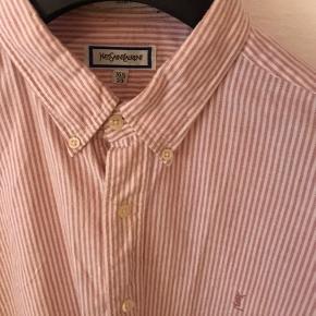Lækker vintage YSL skjorte i en frisk sommerfarve   Byd løs :)