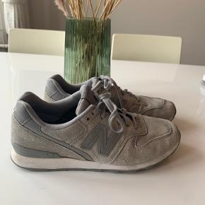 Super flotte grå ruskinds lignende sneaks fra New Balance. Brugt i en kort periode hen over foråret. Super fine, uden synlige pletter eller mærker 😁