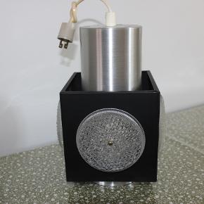 """Retro loftlampe i sort og blank metal med plast""""ruder"""".  Mål: ca. 25 cm høj og 14 cm i bredden. Kan sendes eller afhentes i Herlev."""