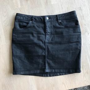 """Stram sort kort cowboy nederdel, med """"læderlook"""" god med brugt, langt fra slidt. Prisen er fast inkluderet fragt Fra røgfri og dyrefri hjem Tager ikke billed med den på"""